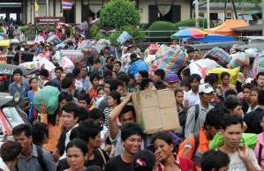Scenes in Poipet as >200,000 workers return to Cambodia (Phnom Penh Post, 21 June 2014)